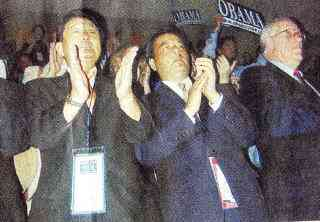 【東京新聞】米民主党大会視察の様子を収めた写真が掲載されました。