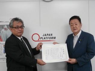 JPFより感謝状を受け取る藤田国際局長
