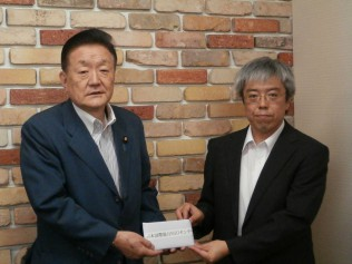 JANICより感謝状を受け取る藤田国際局長