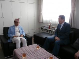 バッタライ大使と面談する藤田国際局長