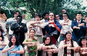 1977年 ニュージーランドの先住民マオリ族の女王の前で マオリ族の踊りを披露する「Song of Asia」。