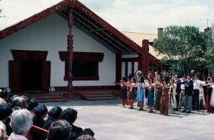 1977年 ニュージーランドの先住民マオリ族の女王の前で、マオリ族の踊りを披露する「Song of Asia」。