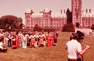 1976年 カナダの国会議事堂前で踊りを踊る「Song of Asia」。