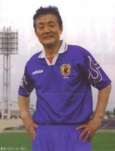 2000年 西ヶ丘サッカー場で。しかし、2010年にアフリカの大使館チームとの試合中にアキレス腱を切断しました。
