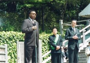 2003年「アフリカに毛布を送る運動」に感謝を述べる駐日モザンビーク大使(左)と黒河内康元駐ナイジェリア大使(右)(東京・飛鳥山にて)