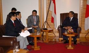 2005年 インドネシアのユドヨノ大統領とスマトラ沖津波支援を協議。私の右が岡田克也代表。