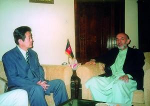 2002年6月 アフガニスタンのカルザイ大統領と。カルザイ大統領に頂いたカーペットが藤田の国会事務所にあります。
