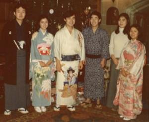 1975年イギリスでのクリスマス。日本人は全員和服で。