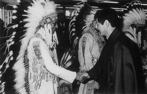 1976年「Song of Asia」でカナダ訪問。カルガリー空港でインディアンの酋長達の出迎えを受ける