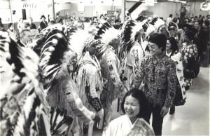カルガリー空港でインディアンの酋長達の出迎えを受ける