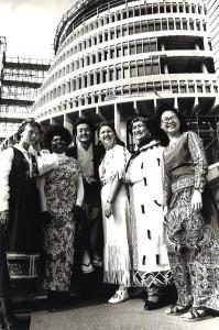 1977年ニュージーランド国会議事堂前でカナダのインディアン・ニュージーランドのマオリ族、パプアニューギニア、マレーシア、スウェーデンの友人達と