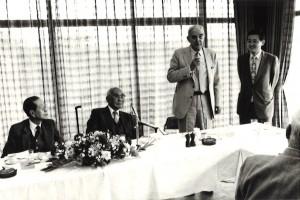 1984年オランダのフィリップス電器のフィリップス会長の通訳する。その左は土光敏夫経団連会長。ソン・サン、カンボジア連合政府首相