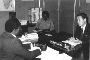 1984年ザンビア内務省シムンバ難民局長に難民支援プロジェクトへの支援を要請。