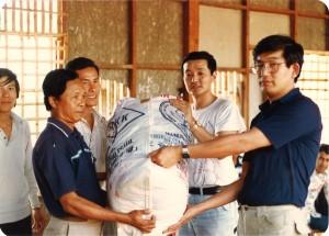 1984年ラオス難民に援助物資を届ける