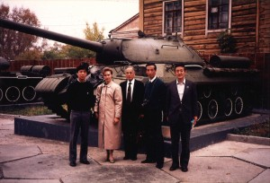 1988年初めて開放されたウラジオストックを訪問。(左から)TBS河本記者(一人おいて)防衛省本部長、朝日新聞田岡記者