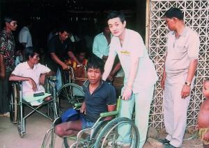1989年カンボジア難民に車椅子200台を贈呈