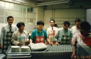 1994年スイスのMRA会議でカンボジアのシリウッド元外相(右から2人目)と一緒に皿洗い
