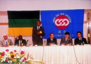 アフリカ国民会議(ANC)のマンデラ議長(後の南アフリカ大統領)と連合山岸議長との通訳を務める。