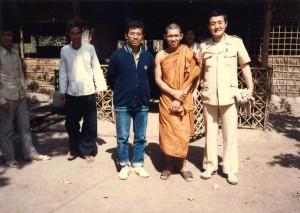 カンボジア難民キャンプで仏僧と共に教育支援活動を行う。
