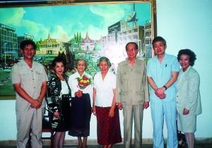 難民を助ける会相馬雪香会長(左から3人目)、ソン・サン カンボジア首相夫妻(中央)と。