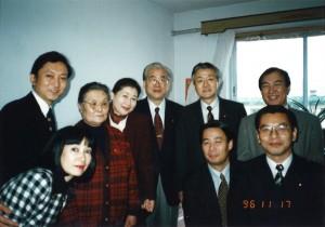 1996年11月 中国残留孤児養父母(後列左から2人目)を慰問に訪れる。民主党結党後初の海外訪問団。(前列左から)鳩山夫人、海江田万里、大畠章宏(後列左から)鳩山由紀夫、岡崎トミ子、山花貞夫、藤田、生方行夫。