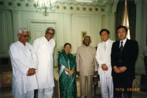 1997年8月 インド・ナラヤン大統領夫妻(中央)と。(右から)藤田、鳩山由紀夫、ラジモハン・ガンジー元上院議員(マハトマ・ガンジーの孫)(インド・デリー)