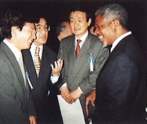 1997年森進一さん(左)、国連アナン事務総長(右)と。