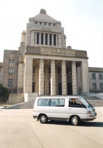 国会議事堂前を走るワゴン車