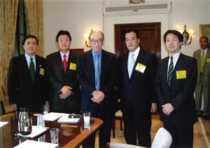 2004年7月アメリカ連邦準備制度理事会(FRB)グリーンスパン議長(中央)と。(左から)長島昭久、藤田、岡田克也、大塚耕平各議員。