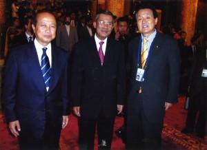 2004年9月 北京の第3回アジア政党国際会議でカンボジアのラナリット殿下(左)、フン・セン首相(右)と。