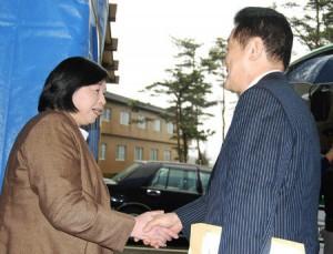 2009年3月 参議院拉致問題特別委員長として拉致被害者曽我ひとみさんを激励に(佐渡島)