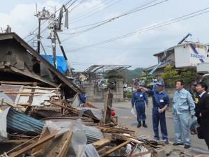 2012年5月 つくば竜巻被害地域視察。左が市原つくば市長。