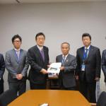 国道461号整備促進に関する要望書を常陸太田市大久保市長はじめ近隣首長さんたちから受け取りました