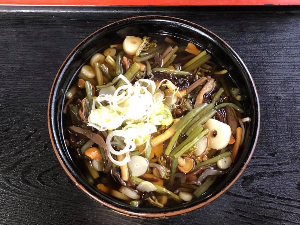 茨城町の大八さんで山菜そばを頂きました。