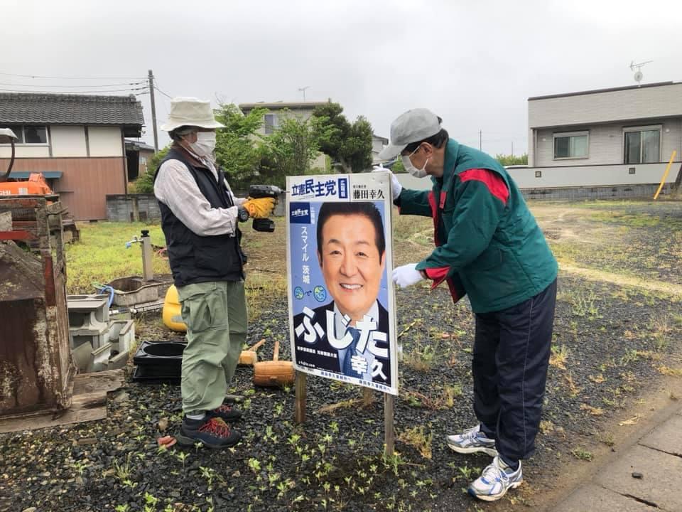 雨中でのポスター設置活動